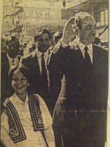 Μικρό παιδί δίπλα στον πρωθυπουργό Κωνσταντίνο Μητσοτάκη